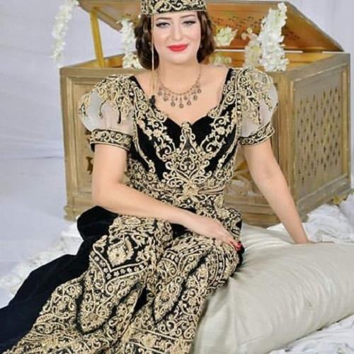 e29a5637c الطريون هو زي تقليدي خاص بمحافظة القيروان، برز في القرن التاسع عشر. تتم  صناعته من قماش المخمل ويطرّز بخيوط ذهبية.