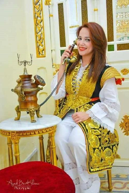 a6bca9488 الكدرون هو لباس ترتديه العروس في منطقة الحمامات التابعة لمحافظة نابل. وهو  لباس مطوّق بحزام مطرّز بخيوط الذهب.