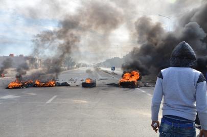 بعد وفاة صاحب كشك تحت الأنقاض: احتجاجات في سبيطلة والجيش يتدخّل