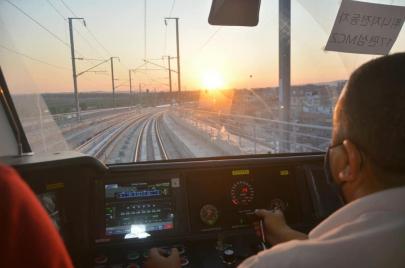 انطلاق أول قطار سريع في تونس على مسار الخط E بين محطتي برشلونة وبوقطفة (فيديو)