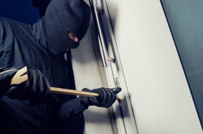 وجدت لصًا في منزلي فقتلته.. هل أنا مدافع عن نفسي أم مجرم؟