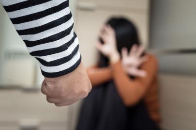 تضاعف بأكثر من 7 مرات: نساء يقبعن تحت وطأة العنف وتجاهل السلطات