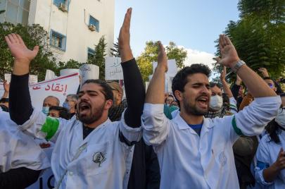الأطباء الشبان يدخلون في اعتصام مفتوح بمقرّ وزارة الصحة