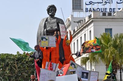 كتابات وصور على تمثال ابن خلدون تثير جدلًا على منصات التواصل