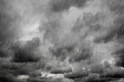 الليلة: تحذيرات من سحب رعدية وأمطار غزيرة