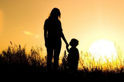 العودة المدرسية.. كابوس بعض الأمهات العازبات